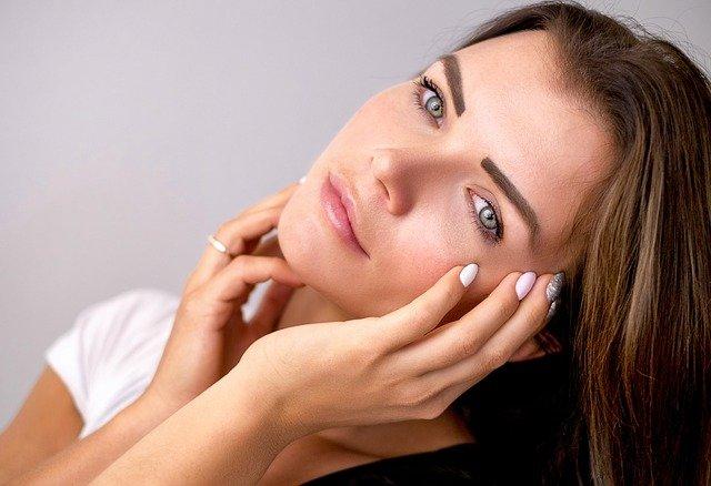 mujer hermosa con cremas faciales de aguacate