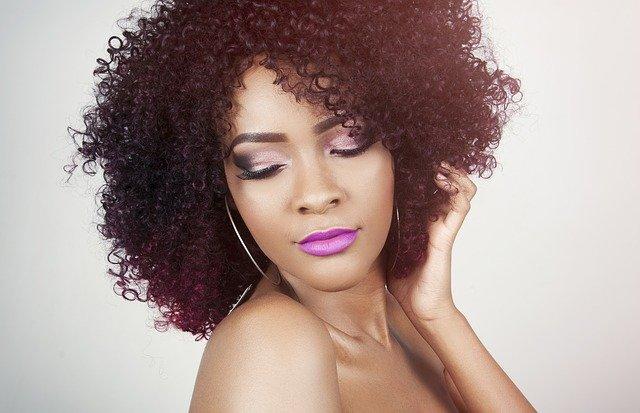 mujer pelo preciosos con champú deaguacate